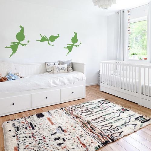 trois stickers muraux fées vertes mis en ambiance sur un mur blanc d'une chambre de bébé