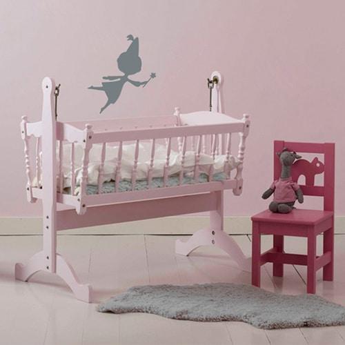 Sticker Fée gris foncé pour enfants sur mur rose dans une chambre de bébé