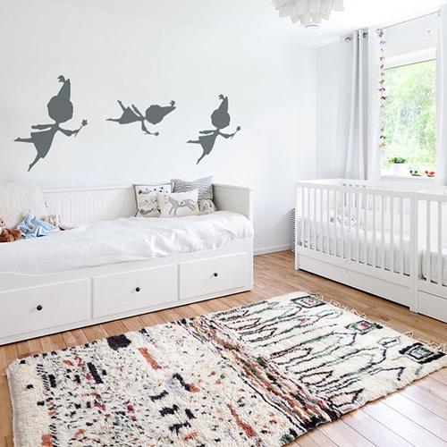 trois stickers muraux fées gris foncé mis en ambiance sur un mur blanc d'une chambre de bébé