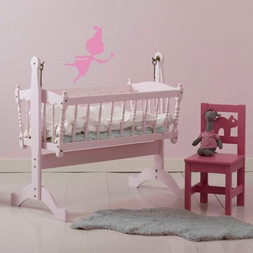 Sticker Fée rose pour enfants sur mur rose dans une chambre de bébé