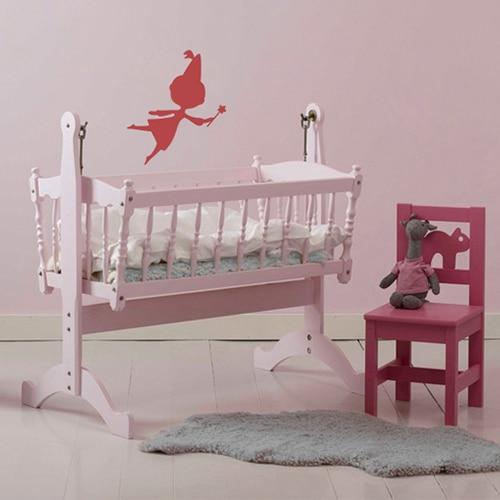 Sticker Fée rouge pour enfants sur mur rose dans une chambre de bébé