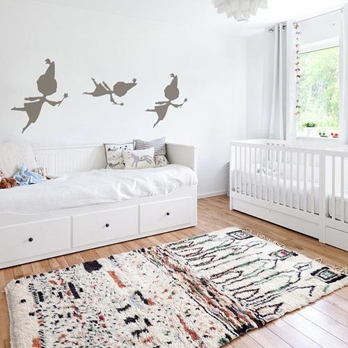 trois stickers muraux fées couleur Taupe mis en ambiance sur un mur blanc d'une chambre de bébé