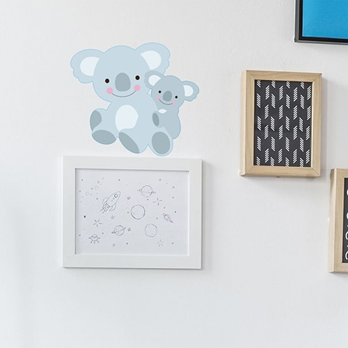 Sticker maman et bébé Koalas pour enfants mis en ambiance sur mur très clair