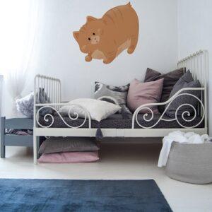 sticker gros chat orange pour enfants mis en ambiance sur mur blanc