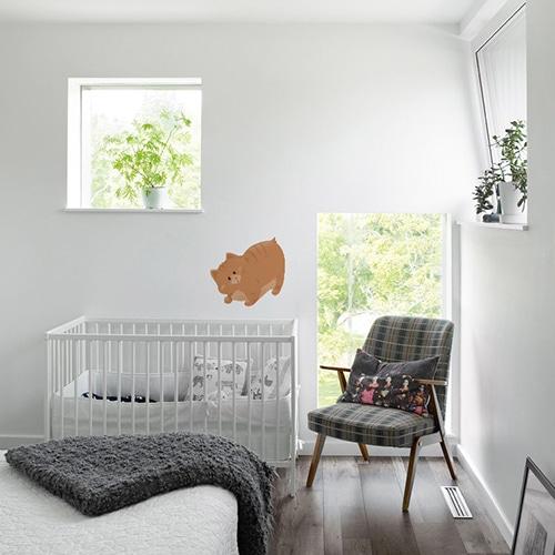 sticker gros chat orange pour enfants mis en ambiance sur le mur d'une chambre de bébé