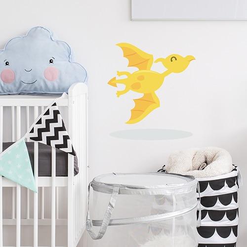 Sticker dragon jaune pour enfant mis en ambiance dans une chambre de bébé