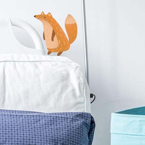 sticker adhésif mural renard pour enfant en déco sur un mur blanc