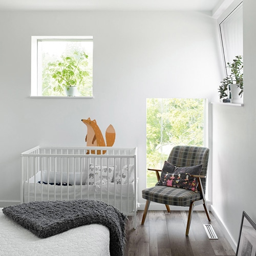 autocollant mural renard mis en ambiance sur un mur blanc d'une chambre pour bébé