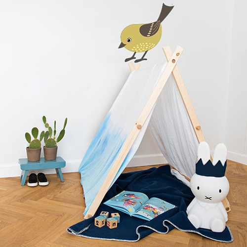 Sticker mural oiseau pour enfant sur le mur blanc d'une chambre pour enfant