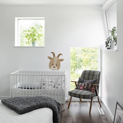 sticker mural animal pour enfant mis en ambiance dans une chambre pour bébé