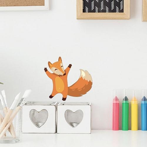 Autocollant mural renard heureux sur un mur blanc