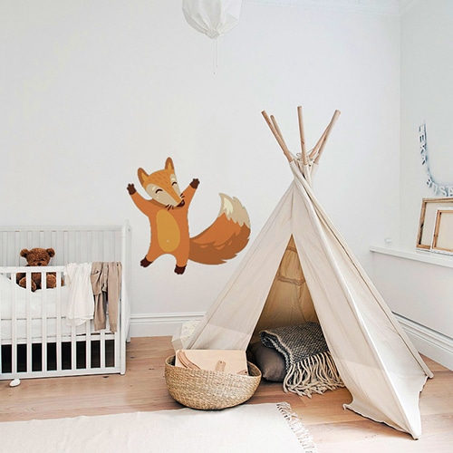 stickers mural renard heureux mis en ambiance dans une chambre pour bébé