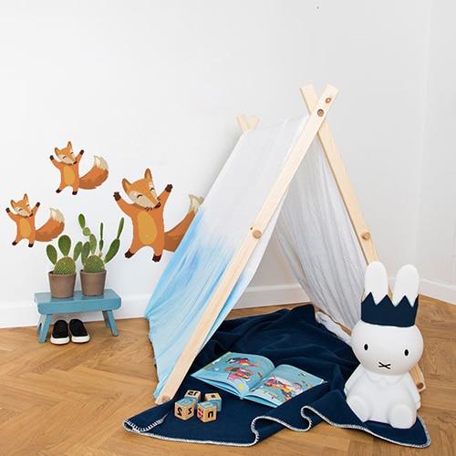 trois stickers muraux renards heureux mis en ambiance dans une chambre pour enfant