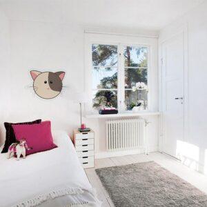 Autocollant mural tête de chat bicolore mis en ambiance dans une chambre