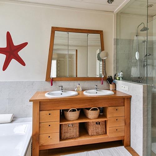 Autocollant mural rouge pour enfant mis en ambiance dans une salle de bain