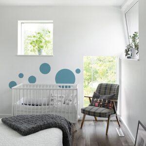 Sticker adhérent Rond Bleu Clair pour enfants mis en ambiance dans une chambre pour bébé