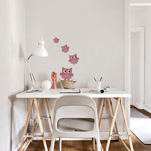 Sticker autocollant Hibou Rose pour enfants mis en ambiance au mur d'un bureau