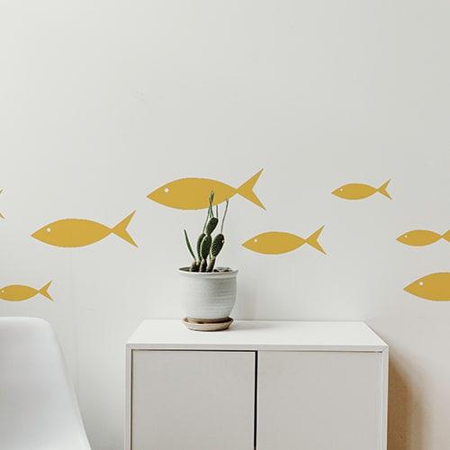Stickers sur mur salon avec poissons jaunes dessiné