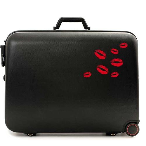 Stickers Kiss rouge collés sur une valise