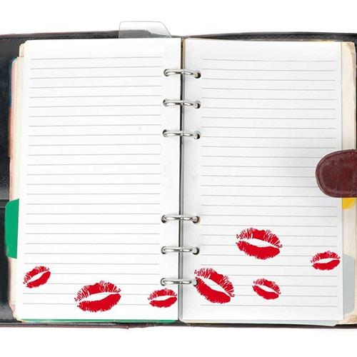 Stickers Kiss rouge collés dans un agenda