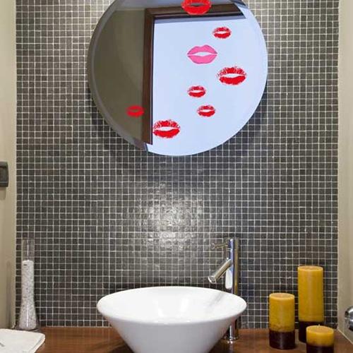 Stickers adhésifs baisers rouges dans une salle de bain