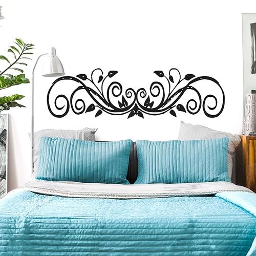 Sticker Feuilles Baroques pour tête de litsur mur blanc au-dessus d'un lit bleu
