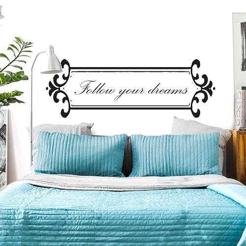Sticker Follow your dreams - Baroque pour tête de lit sur mur blanc au-dessus d'un lit bleu