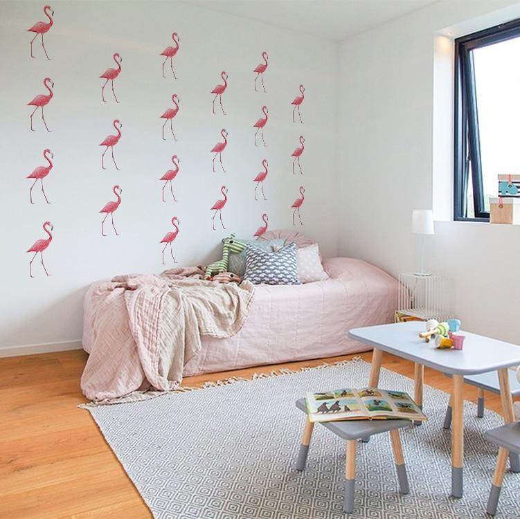 Sticker flamant rose au-dessus d'un lit rose
