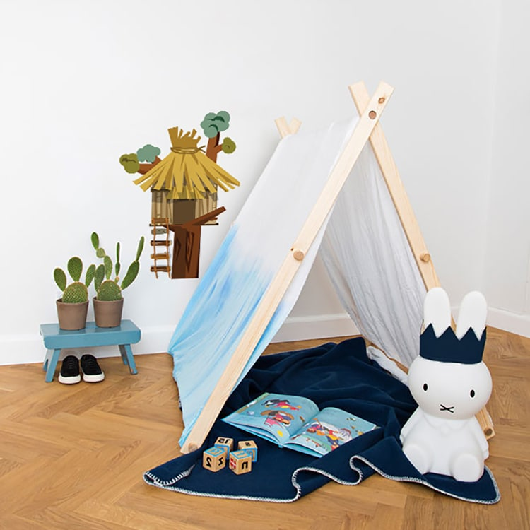 Sticker cabane dans un arbre avec tente plaid et peluche bleue