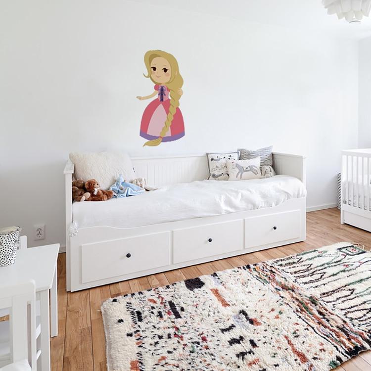 Sticker princesse robe rose au-dessus d'un lit blanc
