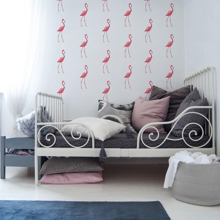 Sticker flamant rose au-dessus d'un lit gris