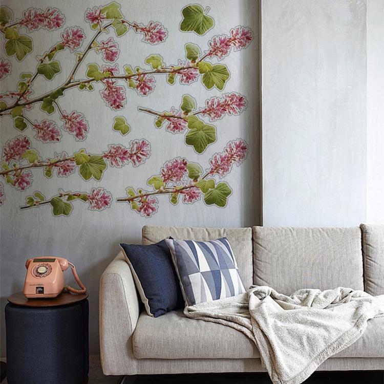 stickers fleurs vertes et rouges sur un mur peinture claire