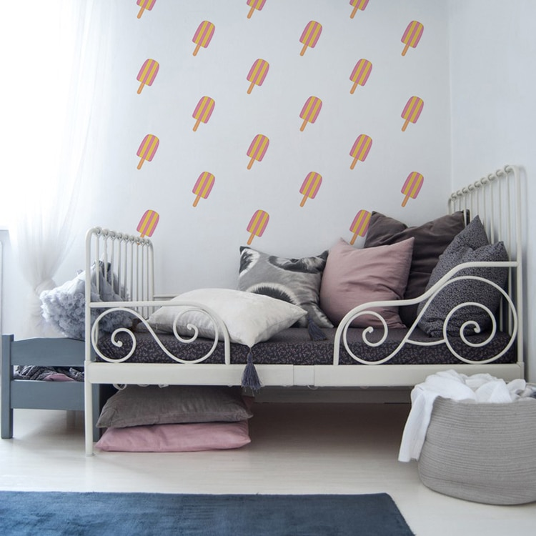 Sticker glace rose et jaune au-dessus d'un lit enfant gris
