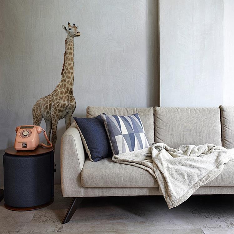 Sticker adhésif girafe dans un salon gris