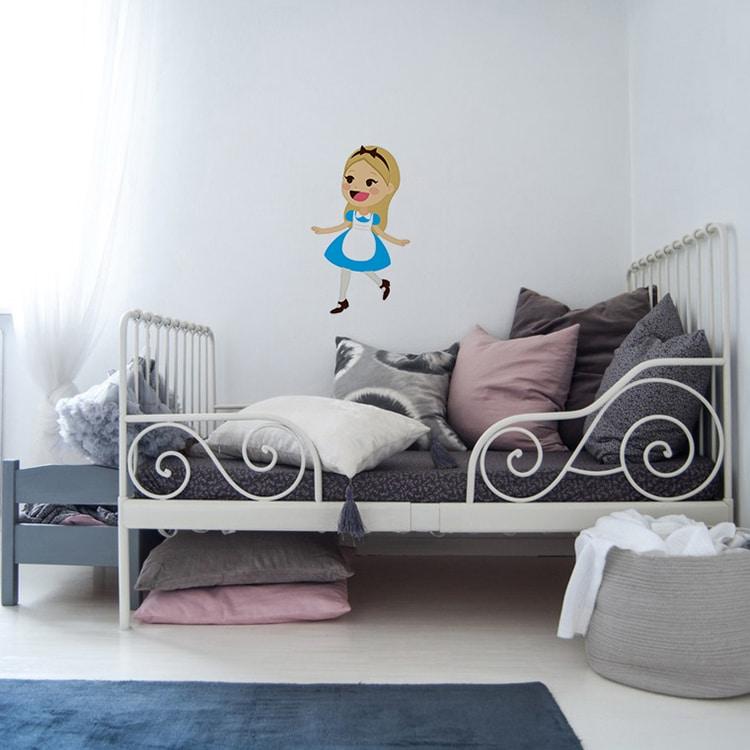 Sticker princesse robe bleue au-dessus d'un lit gris