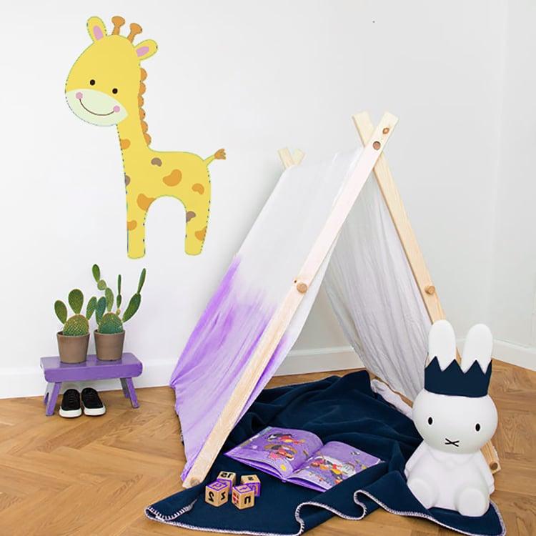 Sticker girafe jaune avec tente plaid et peluche bleue
