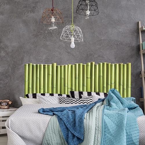 Sticker Palissade de Bambous pour tête de lit au-dessus d'un lit avec plaids colorés