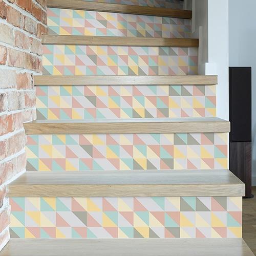 Sticker autocollant petits triangles de couleurs pour contremarches d'escalier
