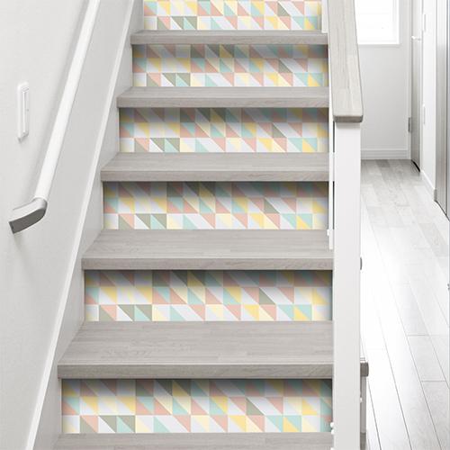 Sticker adhésif petits triangles de couleurs pour contremarches déco escalier gris et blanc