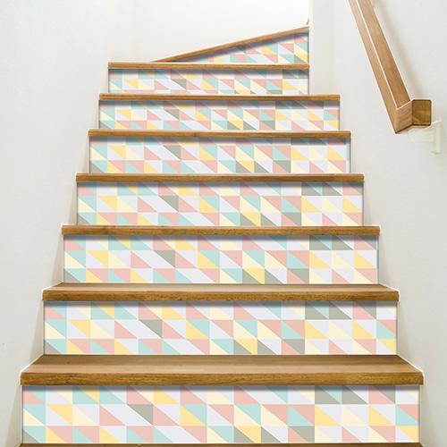 Autocollant petits triangles de couleurs pour contremarches d'escalier en bois mur blanc