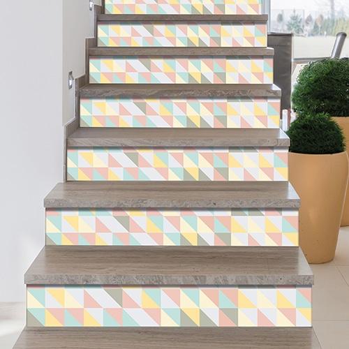 Adhésif petits triangles de couleurs pour contremarches escalier en bois moderne