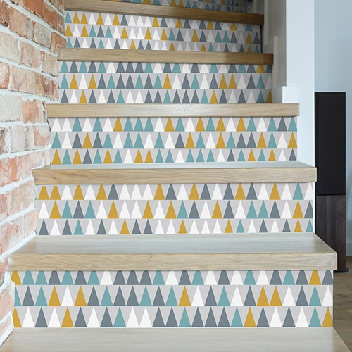 Sticker adhésif triangles blanc, gris, bleu et jaune modernes pour déco contremarches