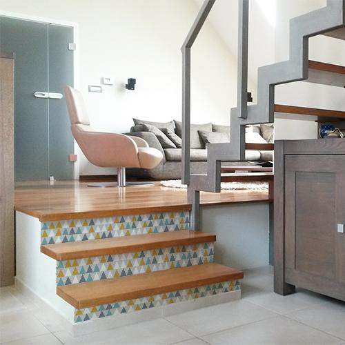 Adhésif triangles blanc, gris, bleu et jaune modernes pour contremarches d'escalier moderne en bois