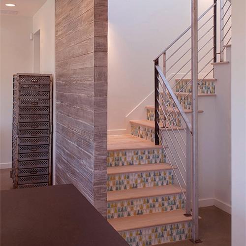 Sticker triangles blanc, gris, bleu et jaune modernes pour déco contremarches d'escalier en bois clair moderne