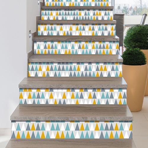 Sticker autocollant déco moderne en triangle bleu vert blanc et jaune pour contremarches d'escalier