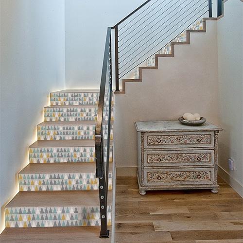Adhésif déco moderne en triangle bleu vert blanc et jaune pour contremarches décoration d'escalier en bois clair moderne