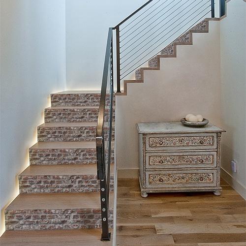 Adhésif déco brique rouge pour contremarches d'escalier en bois clair moderne