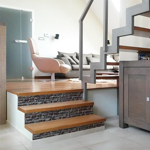 Adhésif déco brique rouge pour contremarches d'escalier en bois marron moderne