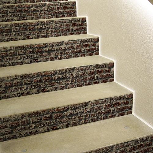 Sticker brique rouge pour décoration contremarches d'escalier en béton blanc