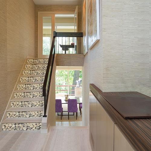 Autocollant rondins de bois pour déco contremarches escalier en bois clair moderne